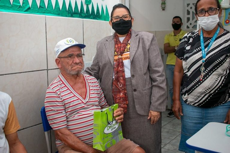 Entrega de óculos para os idosos institucionalizados